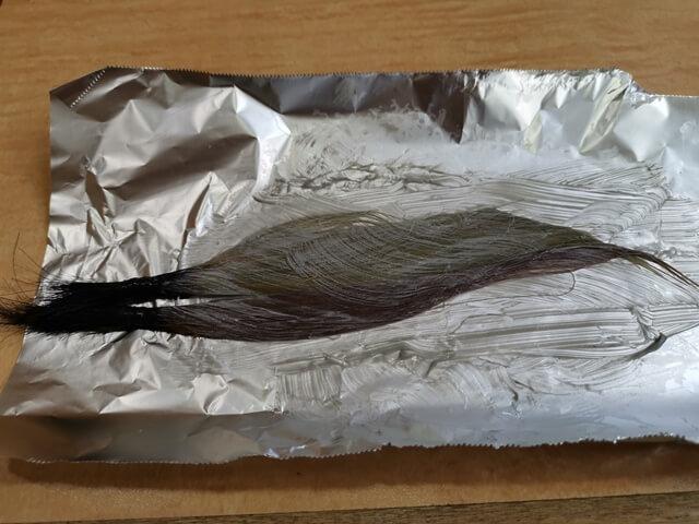 シルバーのカラーバターで染めている髪の毛