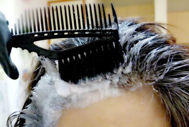 セルフカラーしている髪の毛