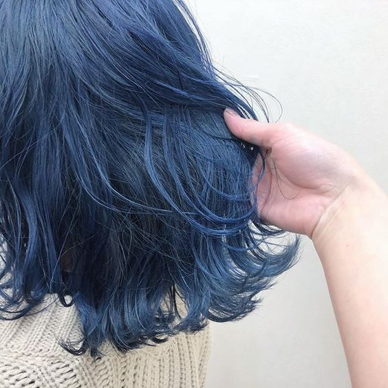 ブリーチした髪に青