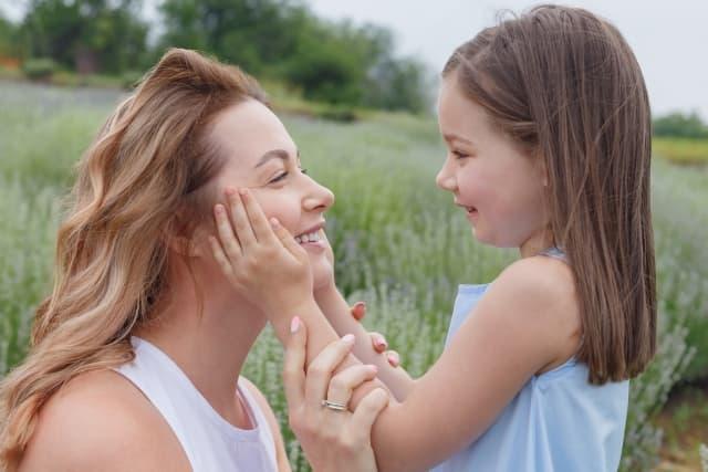 ラベンダー畑と女性と子供
