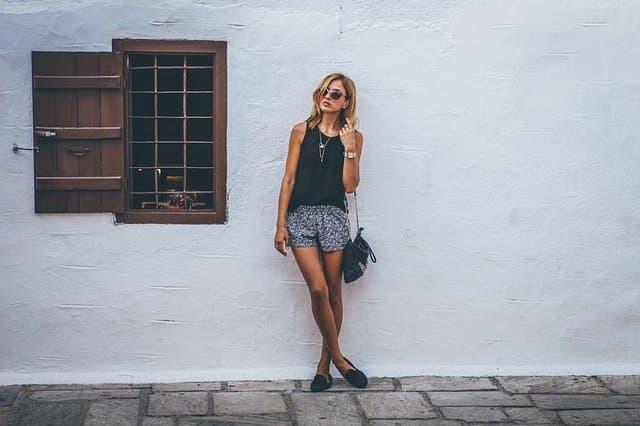 夏服の女性の写真